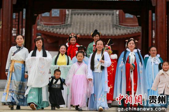 贵州黔西:汉服巡游表演展示传统文化