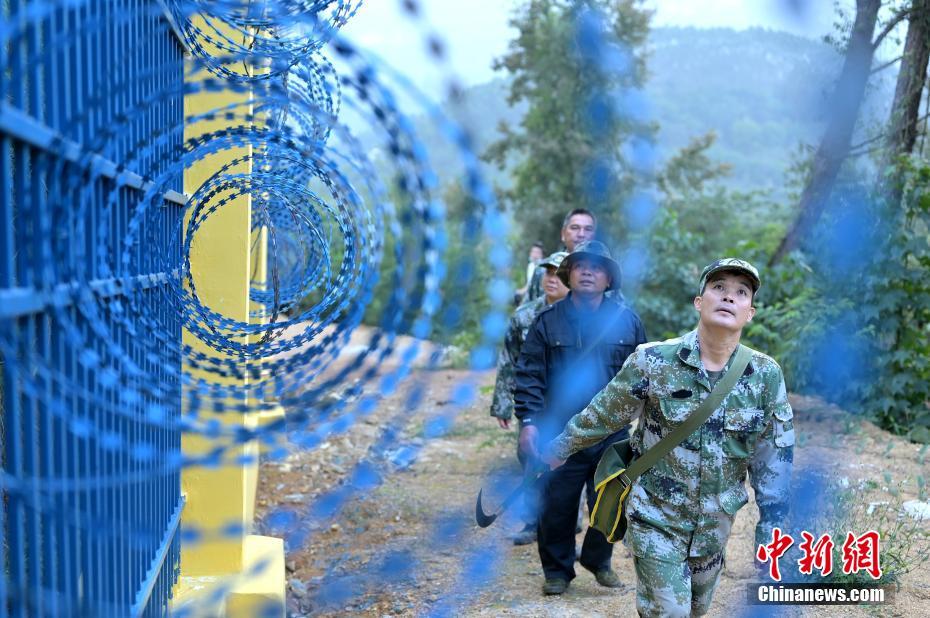 """中越边境护边队的""""特殊战疫"""" 密林中劝返欲偷渡者"""