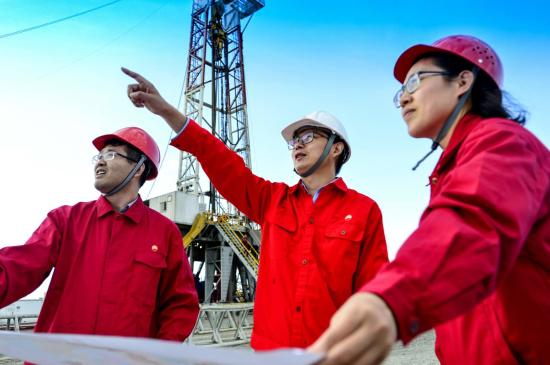 图片中间为郭旭光。新疆油田供图