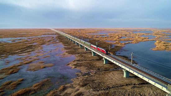 综合检测列车驶过台特玛湖大桥。陈剑飞 摄