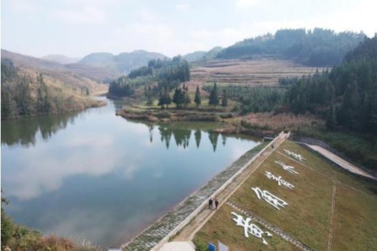 图为普安县青山镇歹苏村一角。