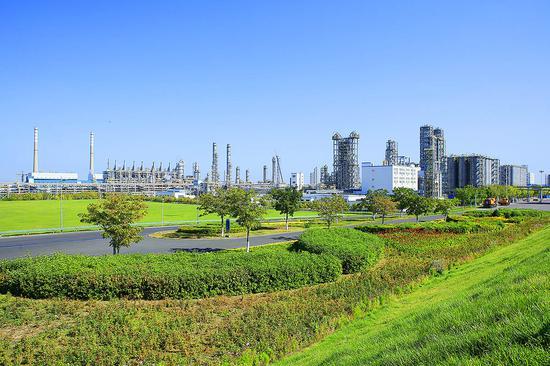 绿色清洁的石化生产区。沈久泉 摄