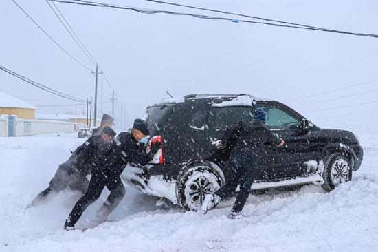 新疆博州:暴雪车辆遇险受困 民警开展紧急救援