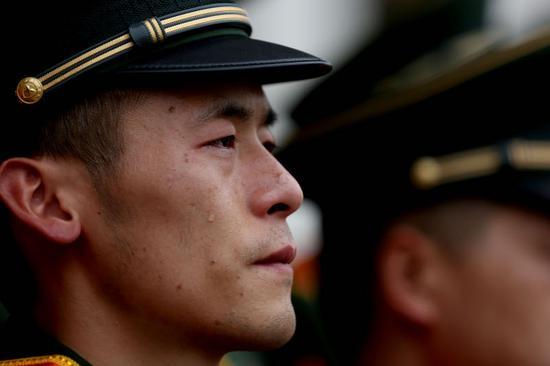 退役老兵淚別軍營。 余寧磊 攝