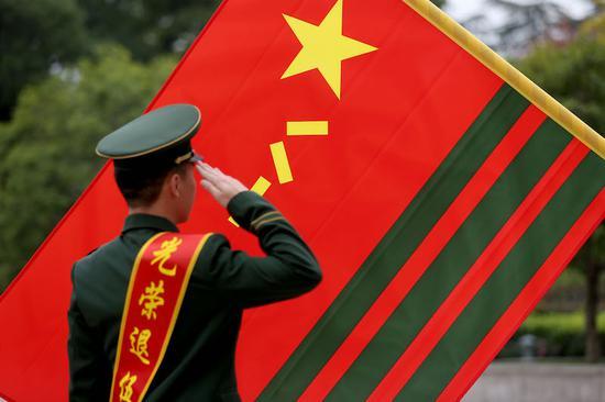 向軍旗敬禮。 余寧磊 攝