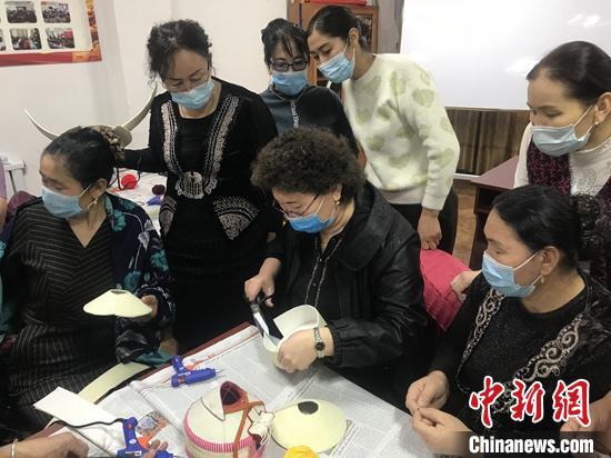 """新疆阿勒泰发展刺绣业 """"绣出""""乡亲致富路"""