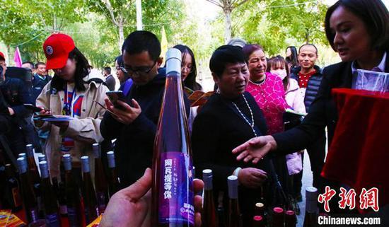 阿瓦提县当地制作加工慕萨莱思远销北京、上海、广州等地。 王小军 摄