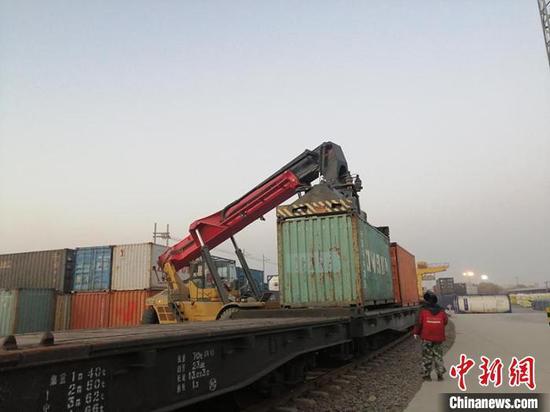 新疆铁路今年首次开行南疆集拼集运苹果汁专列