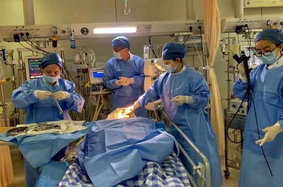 浙人医推床边康复治疗。聚星官网省人民医院供图