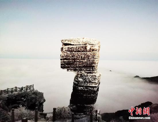梵净山形成云雾翻滚的云海景观,壮美如画。 李鹤 摄