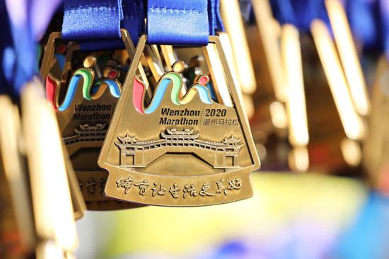温州马拉松奖牌。 臧辰庚 摄