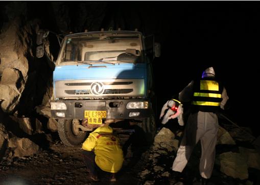 新疆库祖边境检查站积极救助道路塌方被困车辆