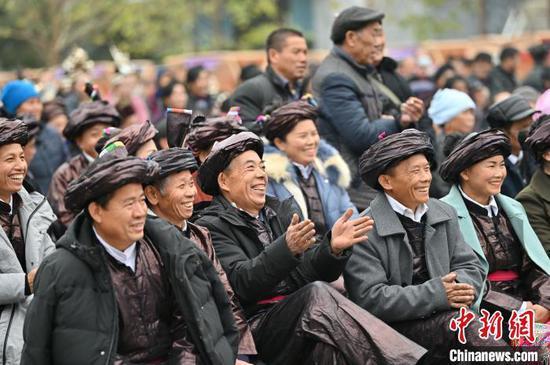 觀眾在貴州省從江縣侗族大歌百村歌唱大賽上觀看比賽?!堑萝?攝