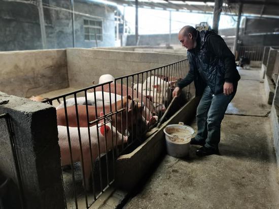 陈光启在猪圈劳动