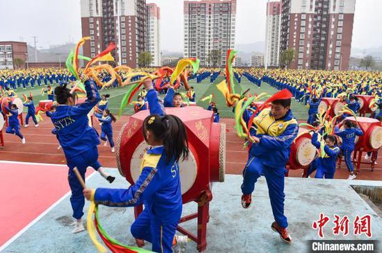 贵州松桃三干余名学生同跳苗族花鼓舞