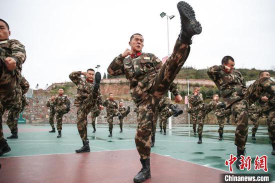 """图为参训新兵在进行""""擒敌拳""""训练。 瞿宏伦 摄"""