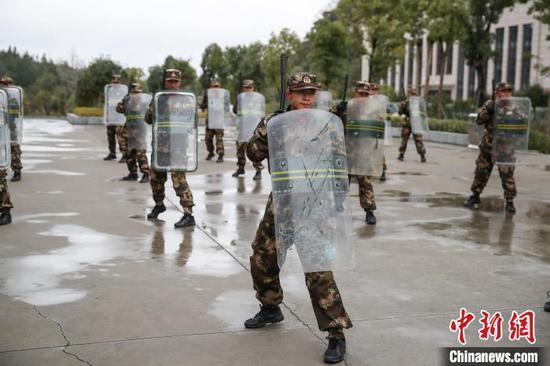 """图为参训新兵在进行""""警棍盾牌""""训练。 瞿宏伦 摄"""