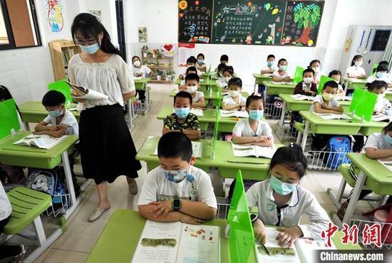资料图:福州市仓山淮安实验小学老师给一年级学生上课。 中新社记者 张斌 摄