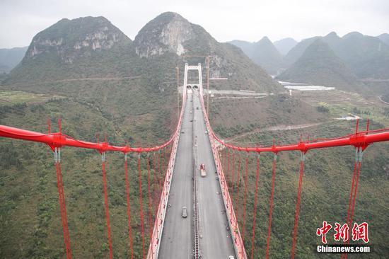 12月9日,贵州省黔西南布依族苗族自治州兴义环城高速公路控制性工程峰林特大桥建设项目上,工人抢抓工期进行尾期建设工作,以确保大桥12月底能够如期通车。 中新社记者 瞿宏伦 摄
