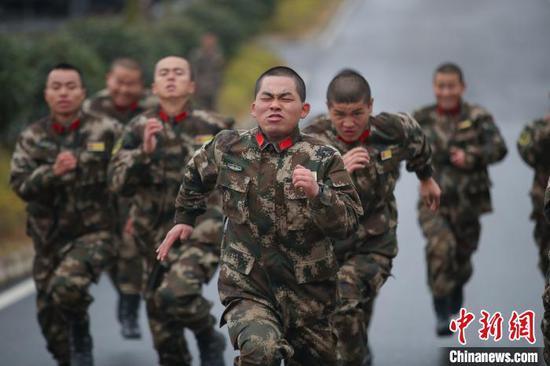 图为参训新兵在进行百米冲刺训练。 瞿宏伦 摄