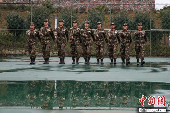 图为参训新兵在进行队列训练。 瞿宏伦 摄