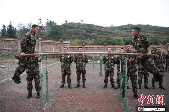 图为参训新兵在进行双杠训练。 瞿宏伦 摄