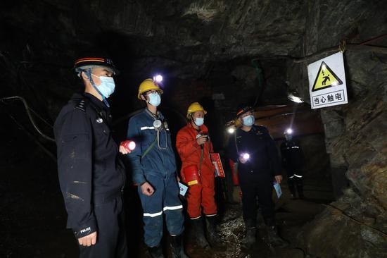 12月9日,民警正在对井下安全设施进行检查。