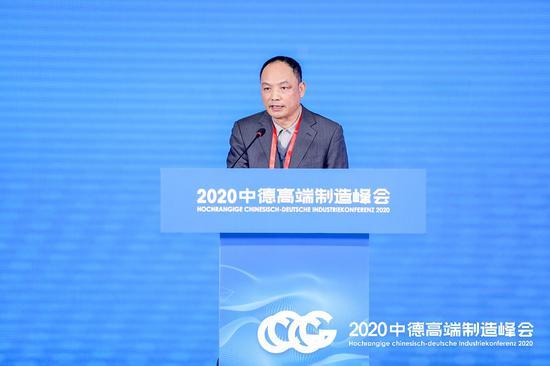 聚星官网省经济和信息化厅党组成员、副厅长杜华红在峰会致辞。主办方供图