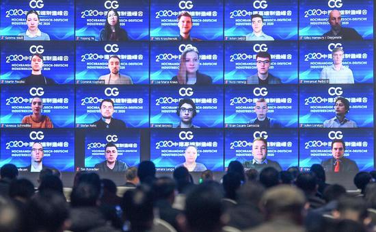 众多德国的嘉宾通过远程视频参加会议。   王刚 摄