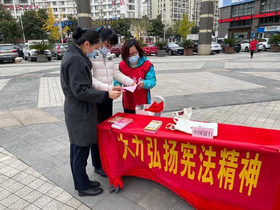 中行寧波市分行開展憲法宣傳周活動。  中行寧波市分行 供圖