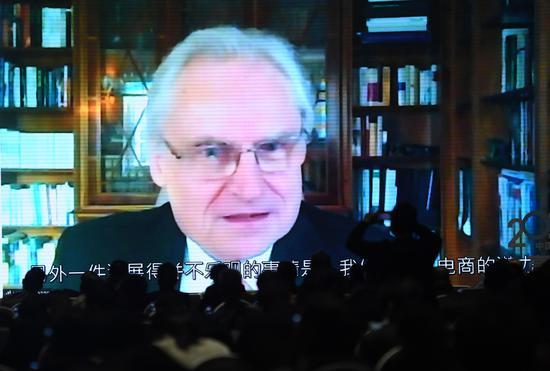 """有""""工业4.0之父""""之称的德国国家科学与工程院院士、联邦政府科技顾问孔翰宁 (Henning Kagermann) 通过视频形式作主旨演讲。  王刚 摄"""