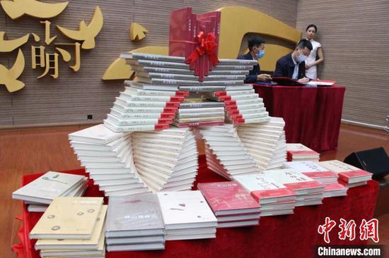 刘亮程巫新华主编《丝绸之路文化丛书》在新疆首发