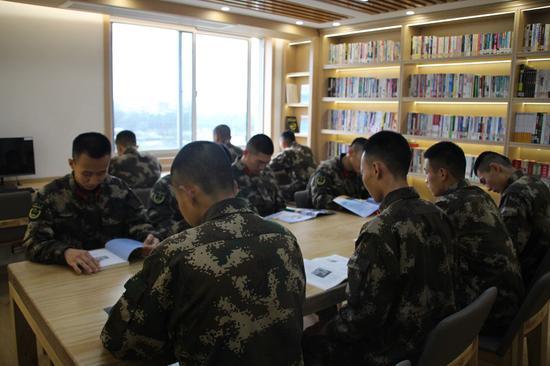 图书阅览室。 温州武警供图