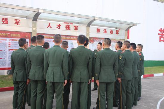 板报橱窗。  温州武警供图