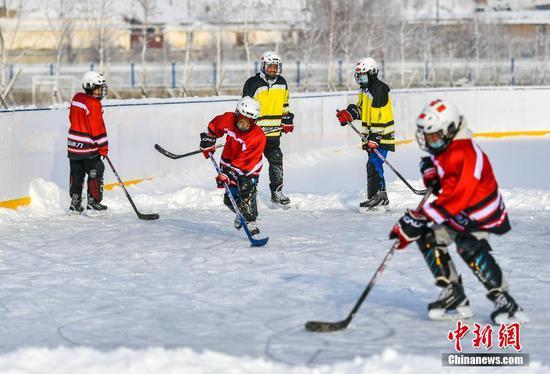 新疆富蕴:冰雪运动吸引中小学生
