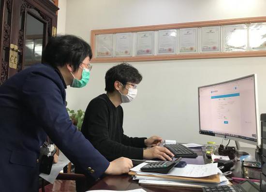 宁波市市场监管局东钱湖分局在为企业服务。  宁波市市场监管局东钱湖分局供图