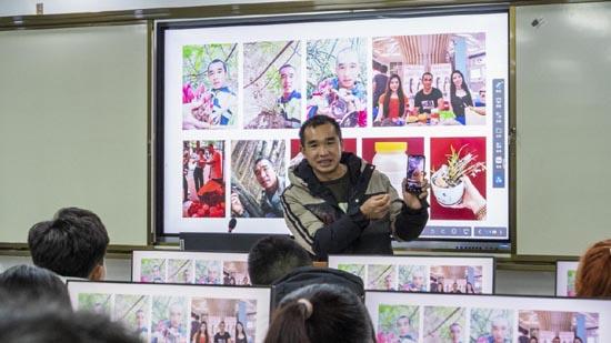 陆科向同学们展示自己拍摄的小视频。