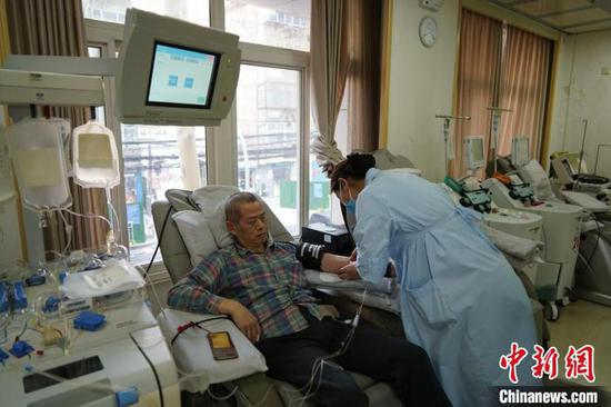 图为杨予军第285次无偿献血。 李超庆 摄