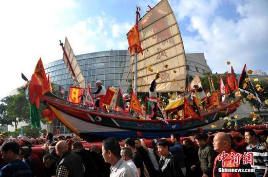 圖為當地民眾扛著王船游境。 中新社記者 張斌 攝