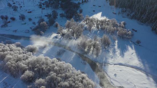 巩乃斯河水在温泉的保温中,在零下三十多度的气候里,依然流淌着奔向远方.
