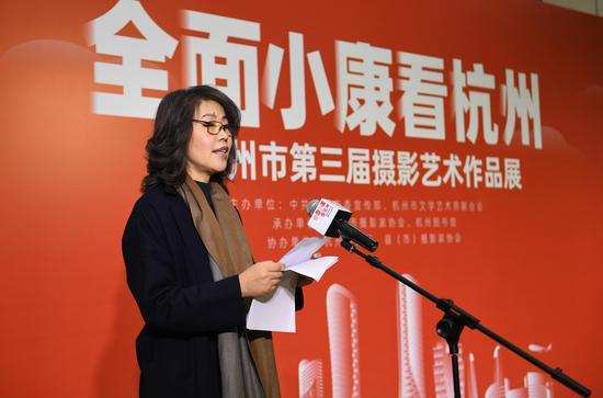 杭州市文联组联部主任、杭州市摄影家协会副主席兼秘书长戚向阳在开幕式上宣读获奖者、入围者名单。王刚 摄
