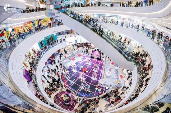 开业首日商场内人潮涌动。主办方供图