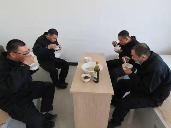 若羌縣公安局冬至餃子暖警心 從優待警聚警力