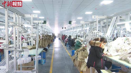 新疆南疆三姐妹变身产业工人 靠双手创造幸福生活