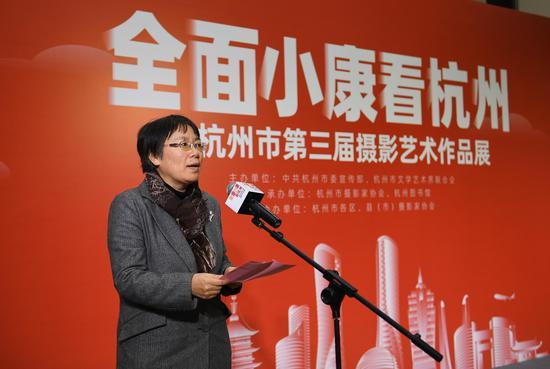 杭州市文联党组书记、常务副主席汪华瑛在开幕式上致辞。王刚 摄