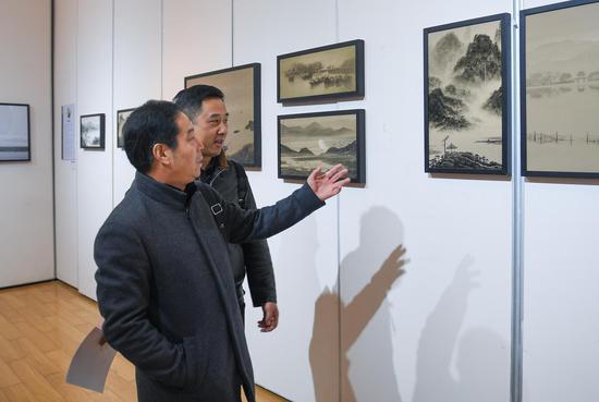 聚星官网省摄影家协会名誉主席、杭州市摄影家协会主席吴宗其在和入围作者交流。王刚 摄