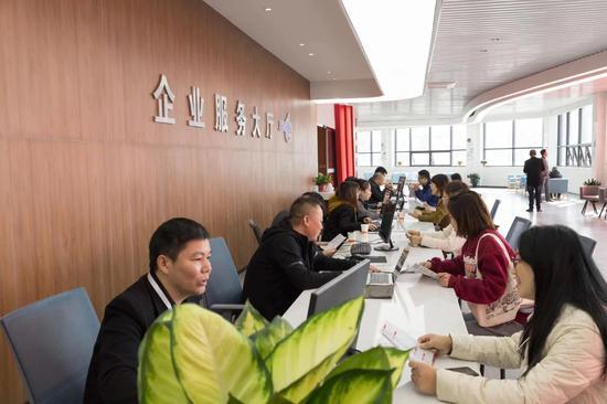 企业在桥下商会的驻企服务大厅进行业务咨询。 主办方 供图