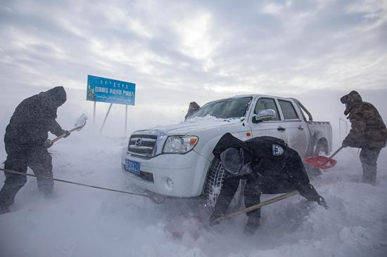 新疆博州风电区遭遇风吹雪 警务站民警紧急援救遇险车辆