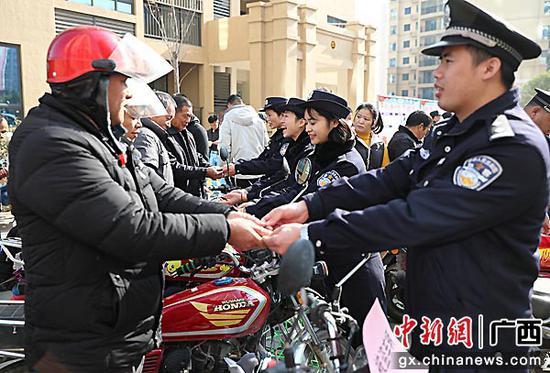 贺州平桂警方开展返还失物和宣传法治活动