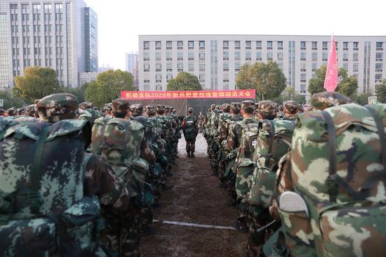 武警浙江總隊機動支隊舉行新兵冬季拉練。  楊楊 攝